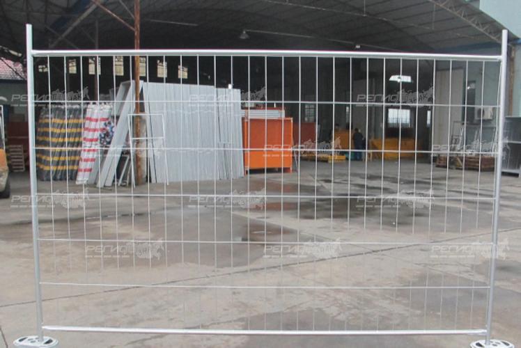 Переносное строительное ограждение из стали (с основанием из металла )