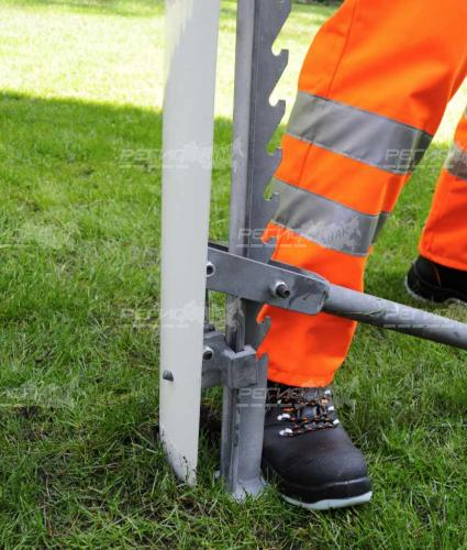 Процес демонтажа столбиков стилфлекс