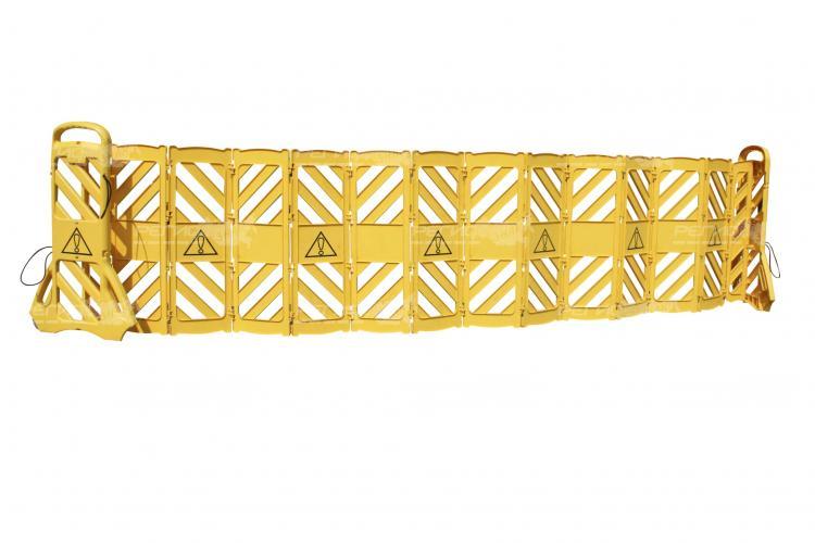Максимально разложенное переносное ограждение из пластика желтого цвета