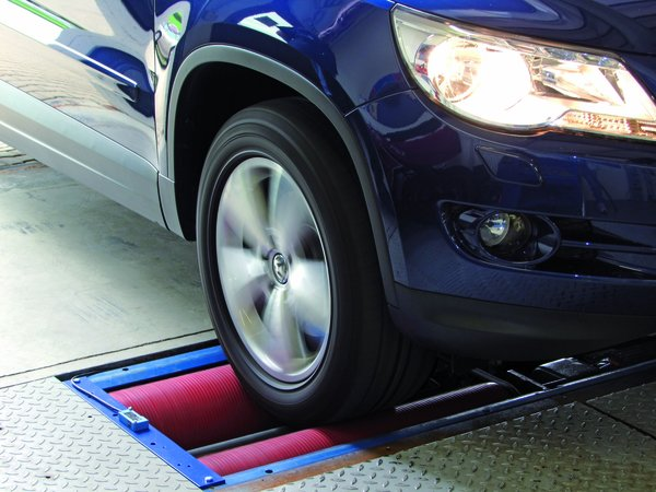 Автомобиль и ролики в тормозном стенде